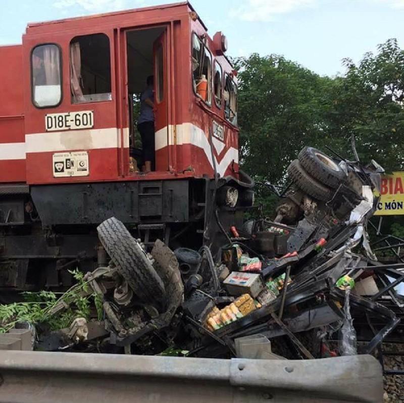 Xe tải bị tàu hỏa tông nát vụn - ảnh 1