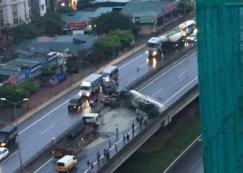 Xe bồn tông trúng xe tải, lật ngang tại đường trên cao - ảnh 1