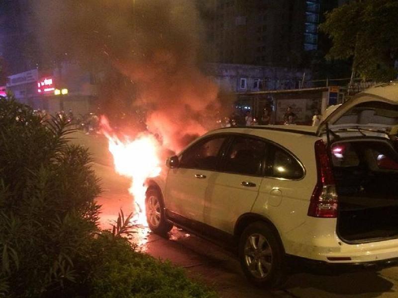 2 chiếc xe cháy ngùn ngụt sau khi tông nhau - ảnh 1