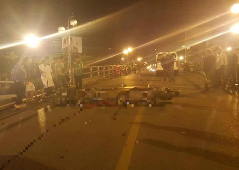 2 xe máy tông nhau trên cầu, 4 người thương vong - ảnh 1