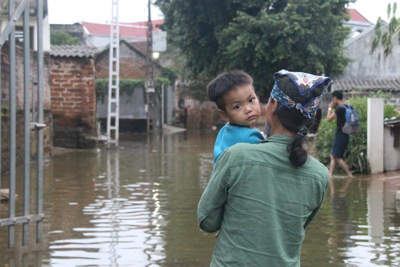 Ảnh: Giữa Thủ đô, dân phải chèo thuyền vào nhà - ảnh 13