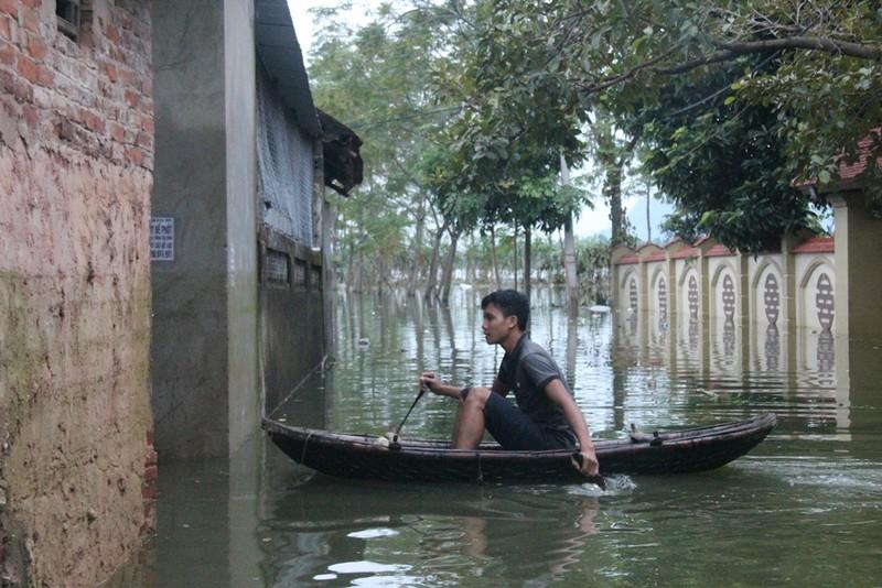 Ảnh: Giữa Thủ đô, dân phải chèo thuyền vào nhà - ảnh 12