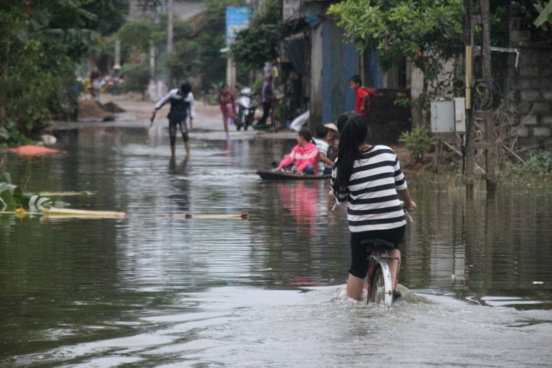 Ảnh: Giữa Thủ đô, dân phải chèo thuyền vào nhà - ảnh 14