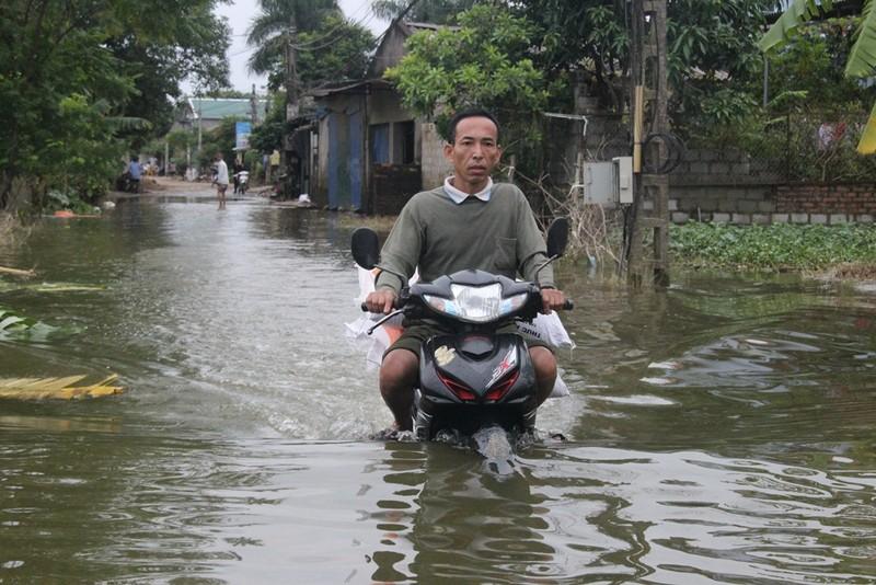 Ảnh: Giữa Thủ đô, dân phải chèo thuyền vào nhà - ảnh 3