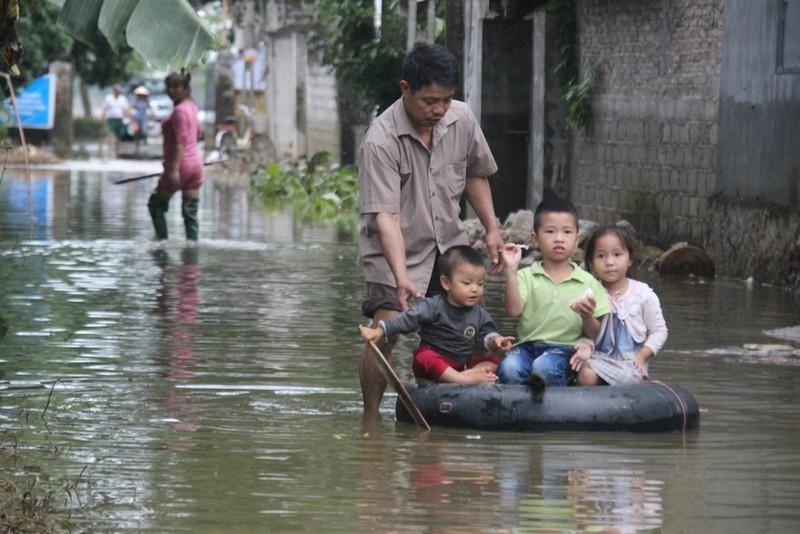 Ảnh: Giữa Thủ đô, dân phải chèo thuyền vào nhà - ảnh 4
