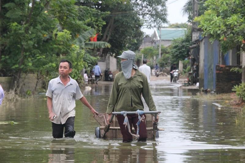 Ảnh: Giữa Thủ đô, dân phải chèo thuyền vào nhà - ảnh 7