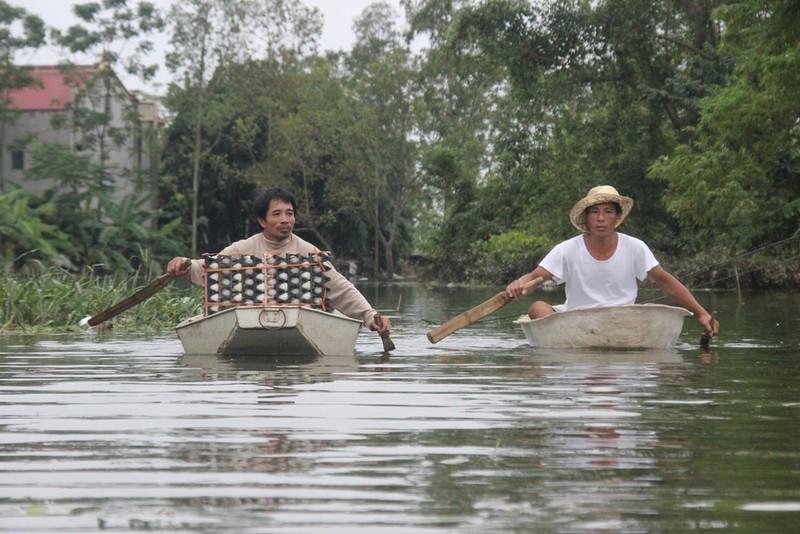 Ảnh: Giữa Thủ đô, dân phải chèo thuyền vào nhà - ảnh 8