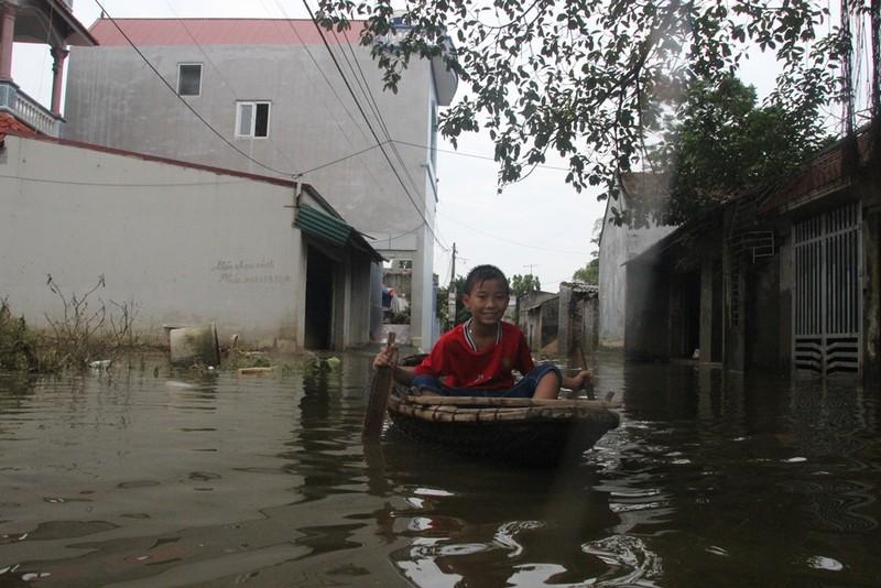 Ảnh: Giữa Thủ đô, dân phải chèo thuyền vào nhà - ảnh 9