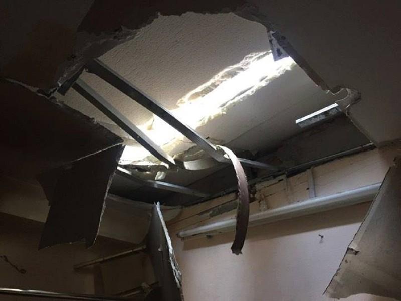 Thanh sắt rơi từ tầng 27 xuyên vào phòng ngủ - ảnh 2