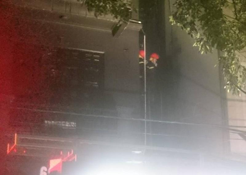 Cháy quán karaoke, 9 xe cứu hỏa nối đuôi dập lửa - ảnh 2