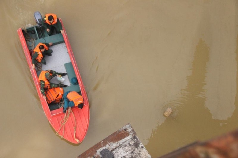 Người nhái lặn vớt bom ở cầu Long Biên - ảnh 2