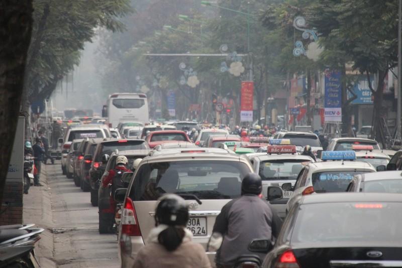 Xe ùn ùn đổ về Hà Nội ngày cận Tết - ảnh 8