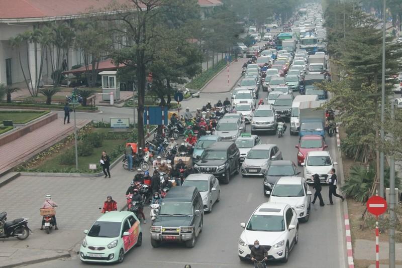 Xe ùn ùn đổ về Hà Nội ngày cận Tết - ảnh 1