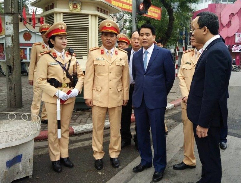 Chủ tịch TP Hà Nội lì xì cho nữ CSGT đầu năm - ảnh 2