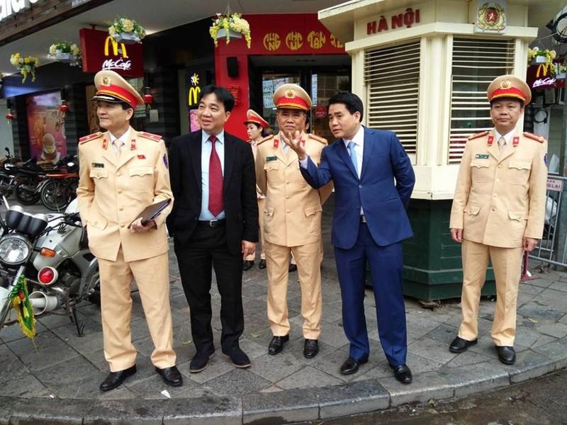 Chủ tịch TP Hà Nội lì xì cho nữ CSGT đầu năm - ảnh 3
