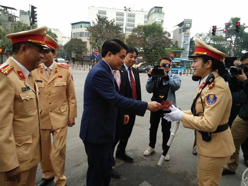 Chủ tịch TP Hà Nội lì xì cho nữ CSGT đầu năm - ảnh 4