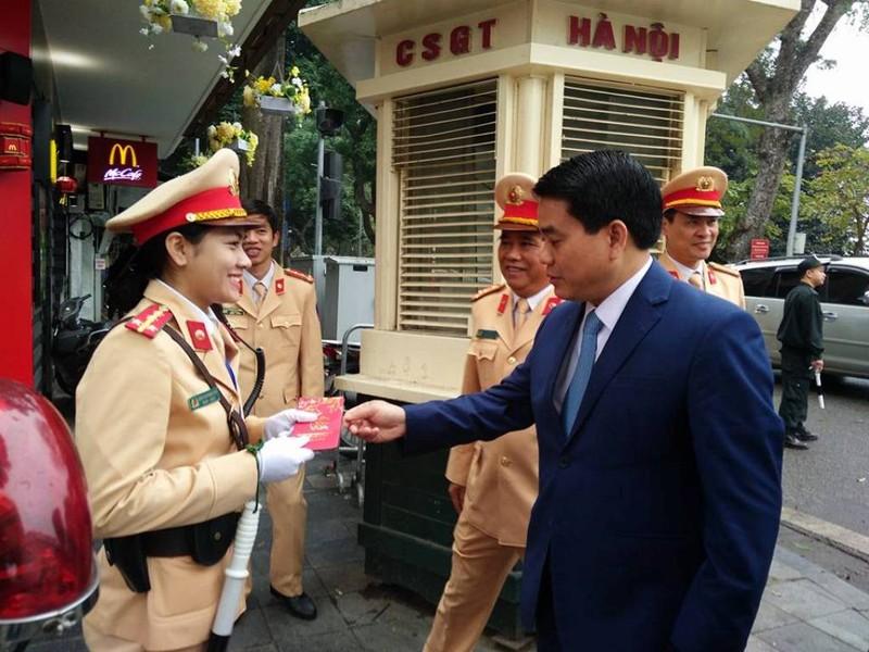 Chủ tịch TP Hà Nội lì xì cho nữ CSGT đầu năm - ảnh 5
