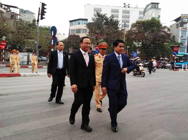Chủ tịch TP Hà Nội lì xì cho nữ CSGT đầu năm - ảnh 1