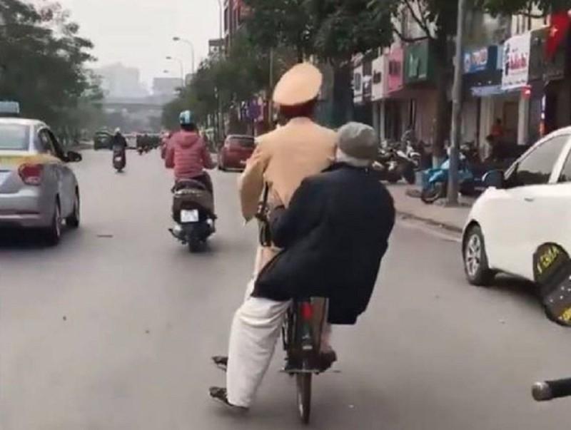 CSGT đi xe đạp chở cụ ông lạc đường về nhà - ảnh 1