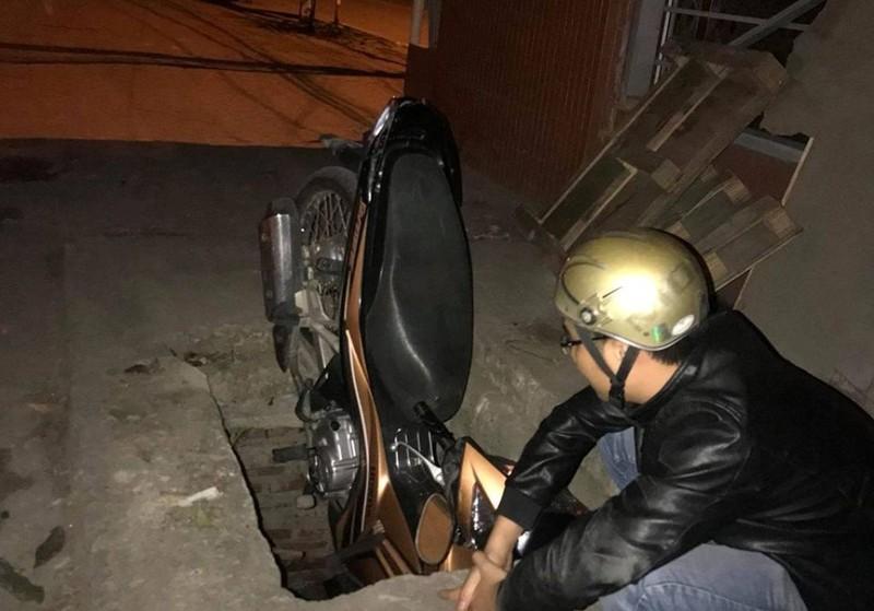Đầu xe cắm vào 'hố tử thần', nạn nhân may mắn thoát nạn - ảnh 1