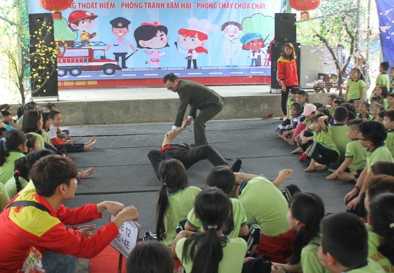1.000 học sinh tròn mắt xem công an múa võ - ảnh 2