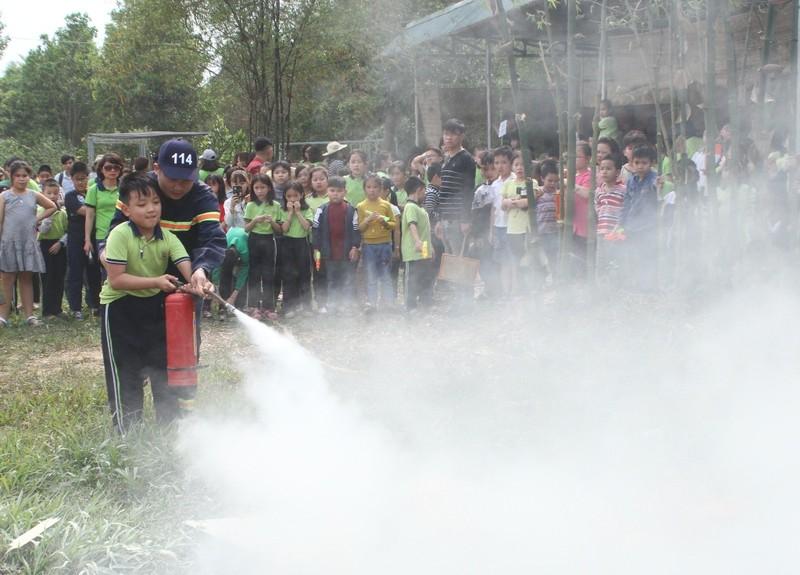 1.000 học sinh tròn mắt xem công an múa võ - ảnh 3