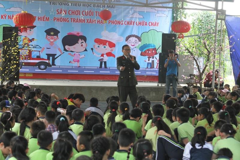 1.000 học sinh tròn mắt xem công an múa võ - ảnh 1