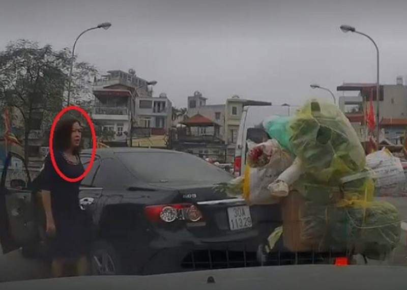 Nữ tài xế quay ô tô trên cầu hẹp, chửi người đi đường - ảnh 1