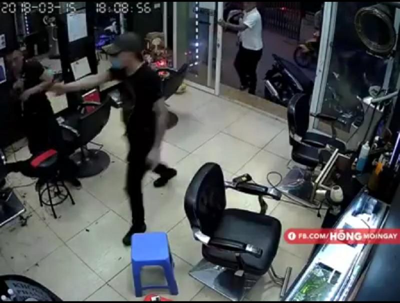 Tạm giữ 2 thanh niên nổ súng trong tiệm cắt tóc  - ảnh 1