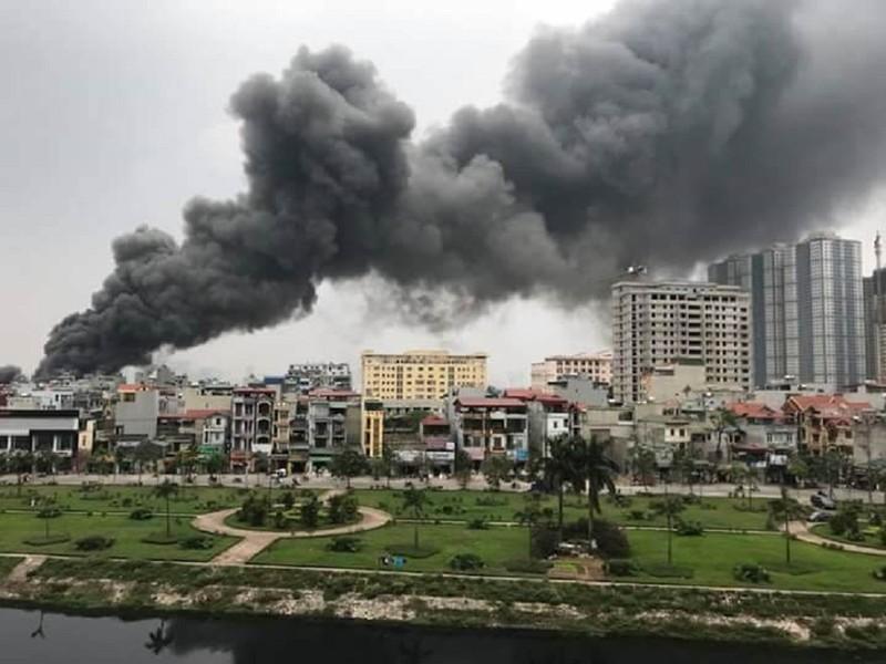Cháy chợ ở Hà Nội, khói bốc cao hàng chục mét  - ảnh 1