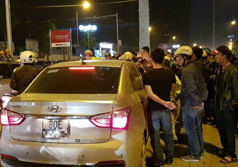 Tông trúng cả gia đình rồi cố thủ, tài xế ô tô bị dân vây kín - ảnh 1