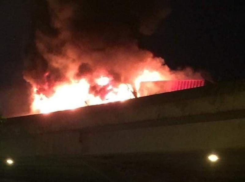 Xe khách tông container rồi cháy dữ dội, 3 người thương vong - ảnh 3