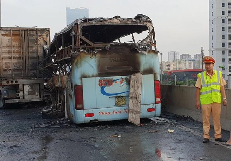 Xe khách tông container rồi cháy dữ dội, 3 người thương vong - ảnh 2