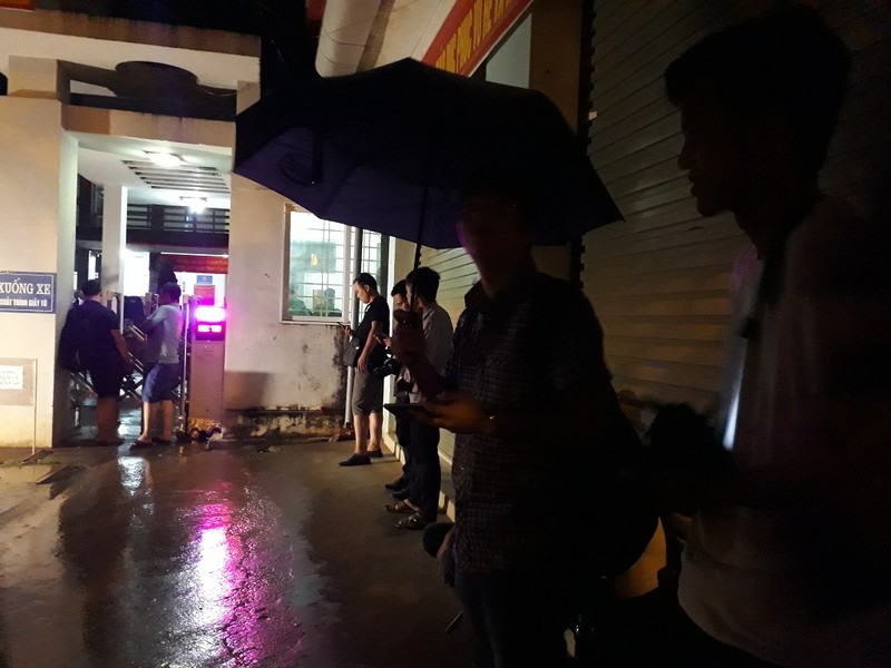 Phóng viên dầm mưa chờ thông tin, cục trưởng xua tay từ chối - ảnh 2
