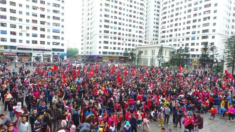 Dân chung cư thuê màn hình 'khủng' xem trận Việt-Hàn - ảnh 2