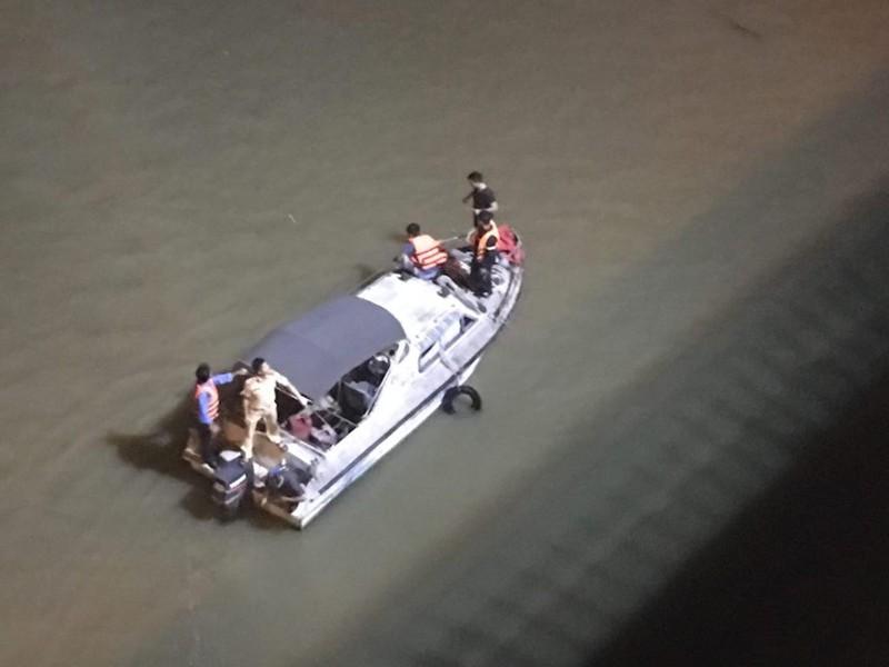 Xuyên đêm tìm kiếm ô tô lao khỏi cầu Chương Dương - ảnh 3