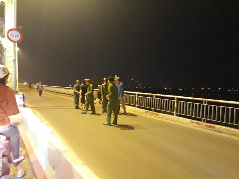 Xuyên đêm tìm kiếm ô tô lao khỏi cầu Chương Dương - ảnh 11