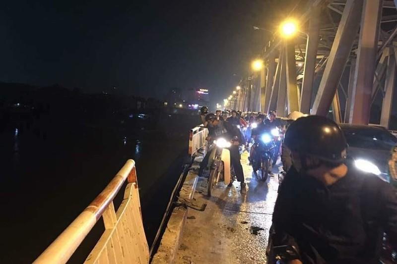 Xuyên đêm tìm kiếm ô tô lao khỏi cầu Chương Dương - ảnh 1