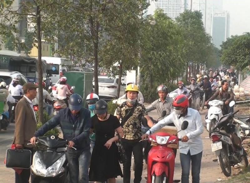 CSGT Hà Nội nói về hàng ngàn người dắt xe máy qua chốt - ảnh 1