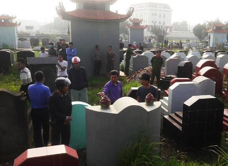 Công an điều tra hàng trăm ngôi mộ bị đập bể bát hương - ảnh 1