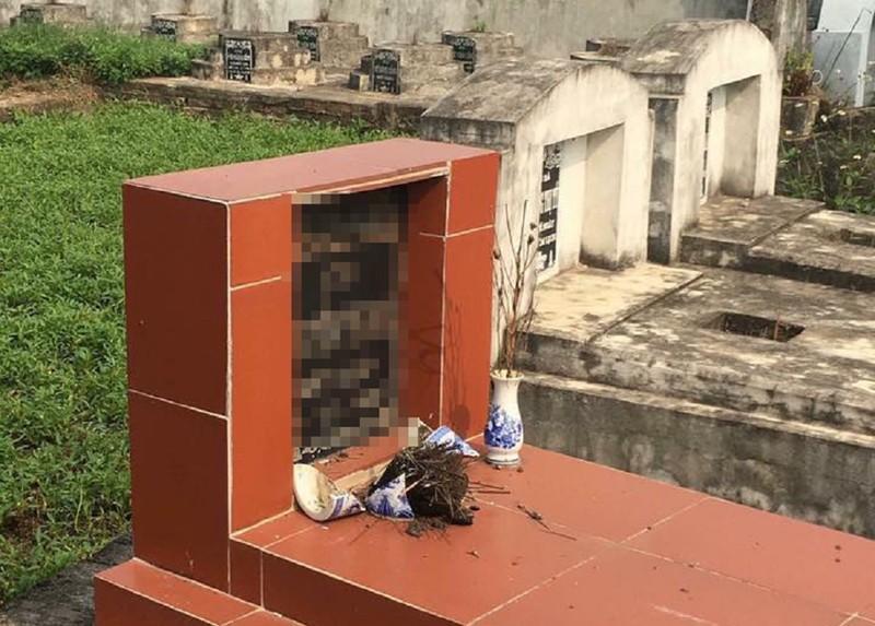 Công an điều tra hàng trăm ngôi mộ bị đập bể bát hương - ảnh 2