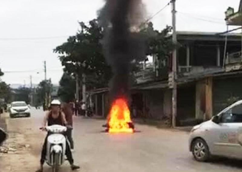 Gọi bạn mang xăng đến đốt xe sau va chạm trên đường - ảnh 1