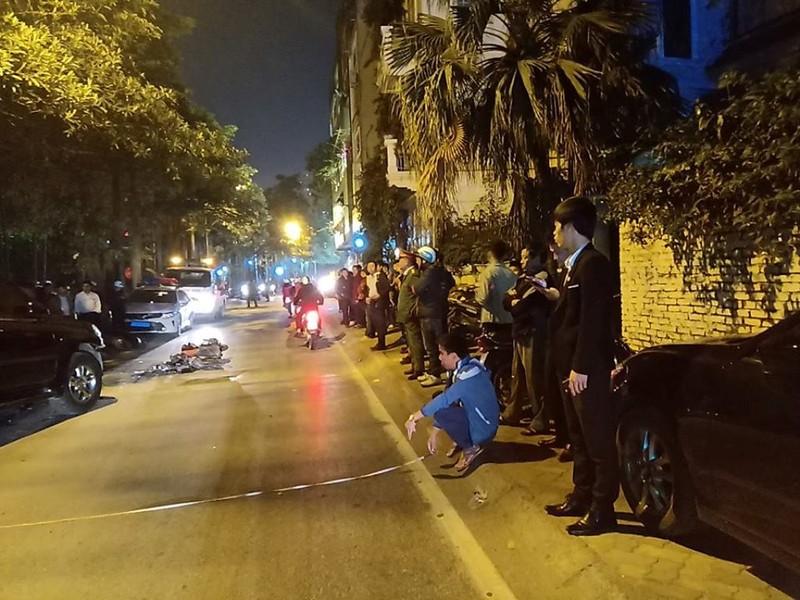 'Xe điên' Lexus đâm gục hàng chục xe máy, tông cả xe CSGT - ảnh 1