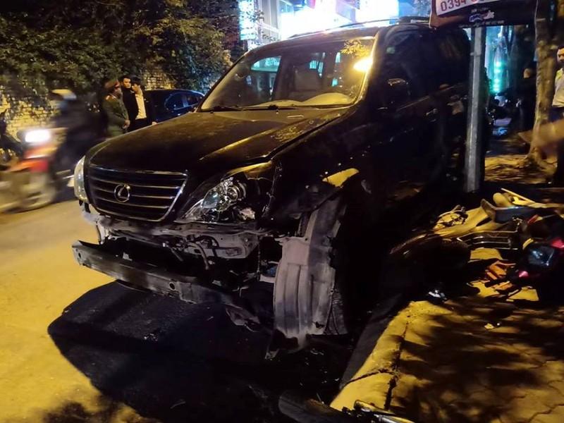 'Xe điên' Lexus đâm gục hàng chục xe máy, tông cả xe CSGT - ảnh 2