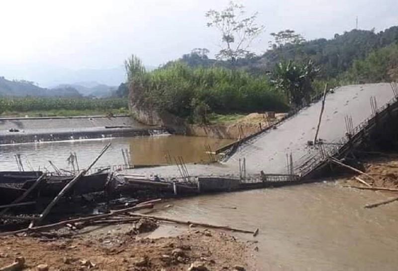 Thi công sai thiết kế, cây cầu từ thiện sập xuống suối - ảnh 1