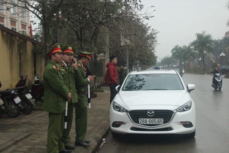 An ninh nghiêm ngặt tại phiên xử bác sĩ Hoàng Công Lương - ảnh 2