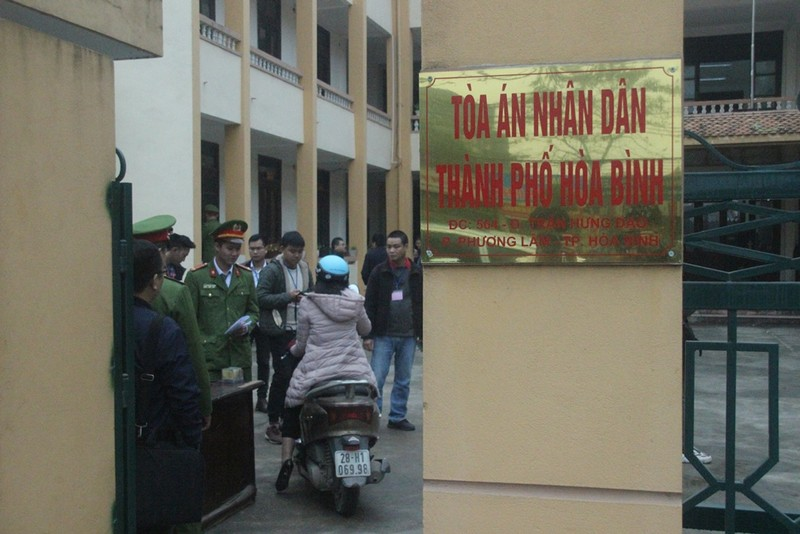 An ninh nghiêm ngặt tại phiên xử bác sĩ Hoàng Công Lương - ảnh 3