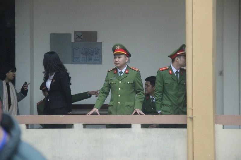 An ninh nghiêm ngặt tại phiên xử bác sĩ Hoàng Công Lương - ảnh 6