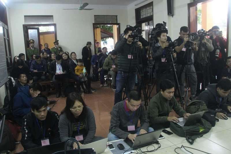 An ninh nghiêm ngặt tại phiên xử bác sĩ Hoàng Công Lương - ảnh 9