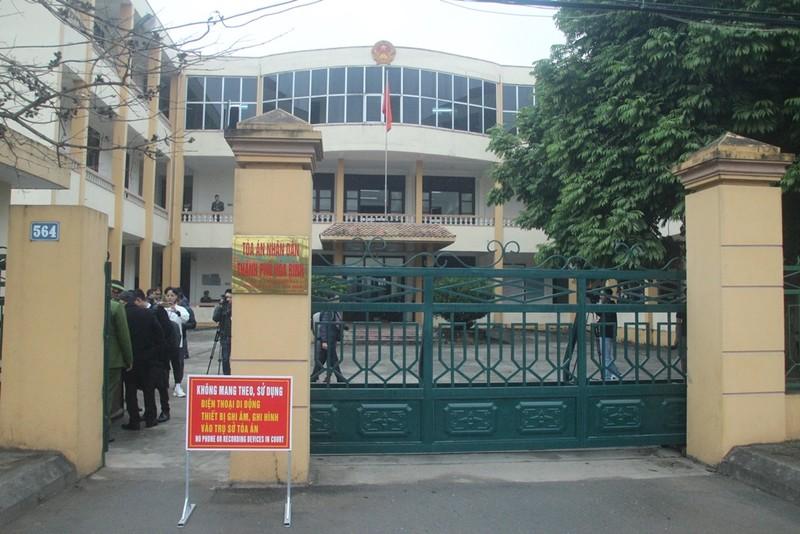 An ninh nghiêm ngặt tại phiên xử bác sĩ Hoàng Công Lương - ảnh 1
